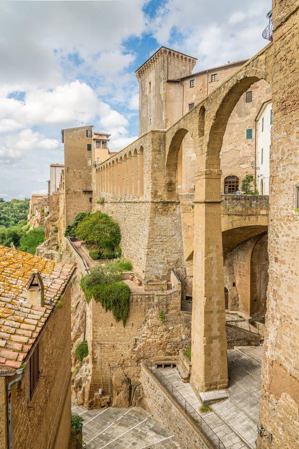 Ansicht am alten Aquädukt in Pitigliano - Italien lizenzfreies stockfoto