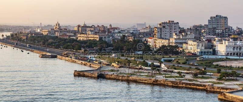 Ansicht alter Havana-Küstenlinie, die Bau auf Straße EL Malecone bei dem Sonnenaufgang genommen auf von der Oberseite betrachtet stockbild