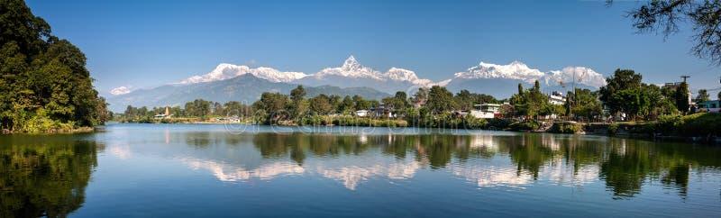 Ansicht an Annapurna-Gebirgszug und seine Reflexion in Phewa LAK lizenzfreies stockbild