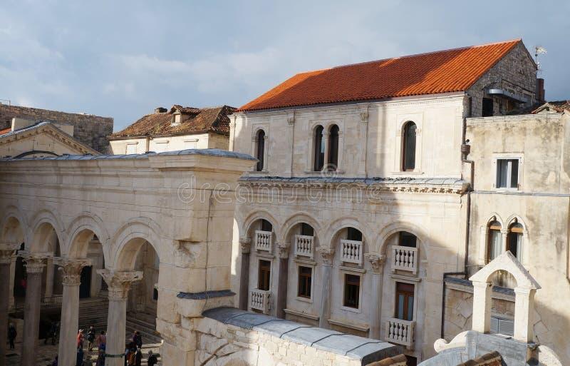 Ansicht auf Prothyron und Säulengang am Diocletian-Palast lizenzfreie stockbilder