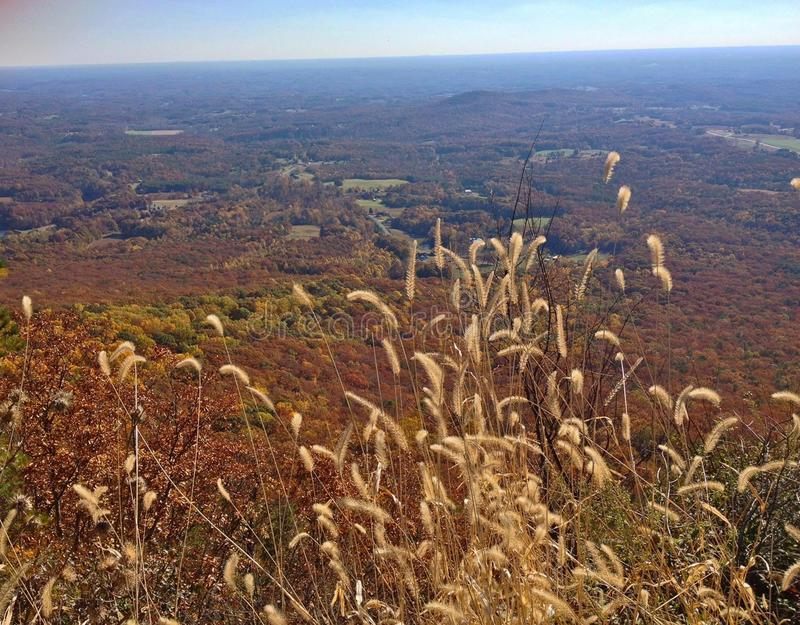 Ansicht auf vom Piloten Mountain an einem prachtvollen Herbsttag im North Carolina lizenzfreies stockfoto