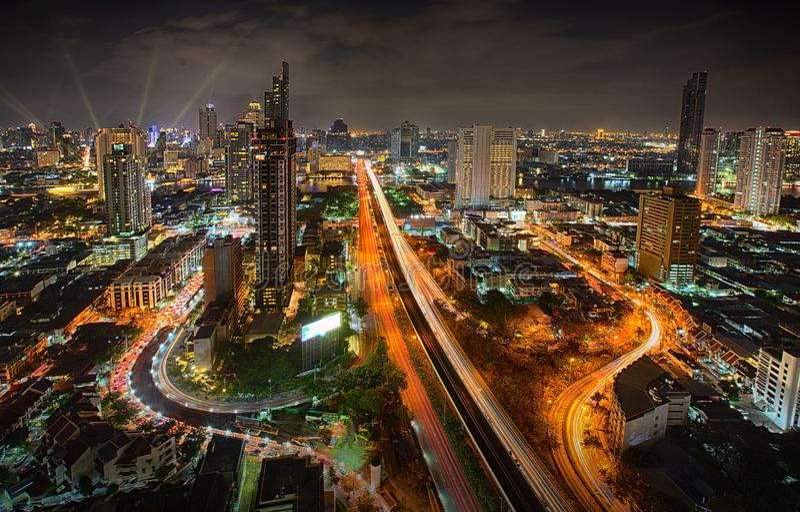 Ansicht Bangkok-Stadtbilds, Bangkok Nachtin den Wirtschaftsstandort Bangkok, Thailand - 31. Dezember 2018 lizenzfreies stockfoto