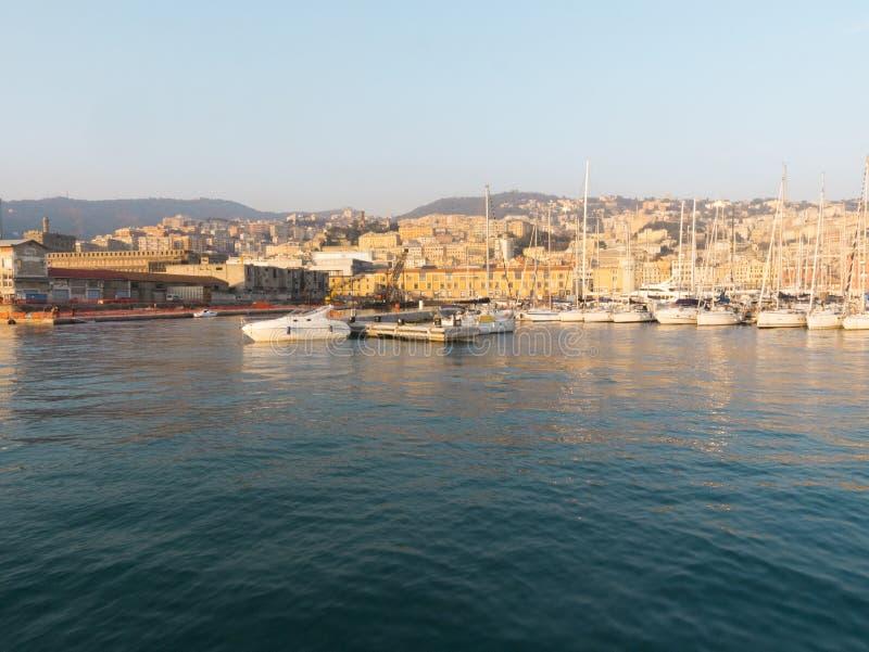 Ansicht bei Sonnenuntergang über dem alten Hafen von Genua, in Richtung zum Gebirgsteil, Geburtsort von Christopher Columbus lizenzfreies stockbild