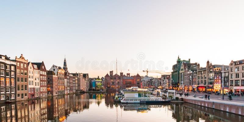 Ansicht beim berühmten Damrak während des Sonnenuntergangs in Amsterdam, das untere stockbild