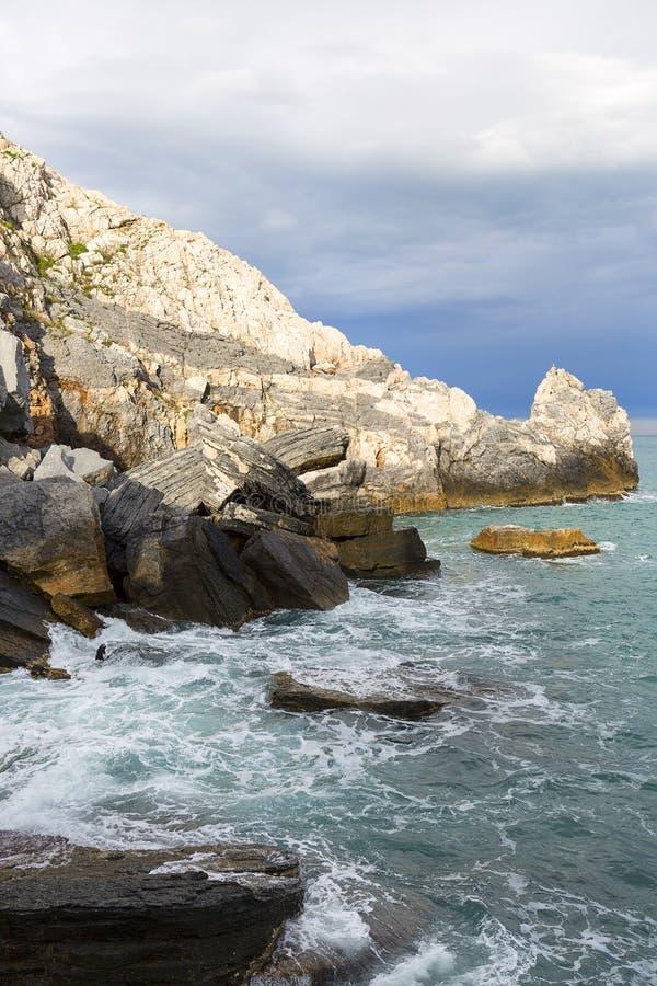 Ansicht ?ber Byron Grotto in der Bucht von Dichtern, Portovenere, Italiener Riviera lizenzfreie stockfotos