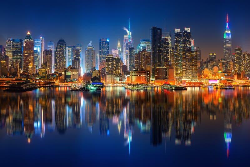 Ansicht ?ber Manhattan nachts stockfotografie