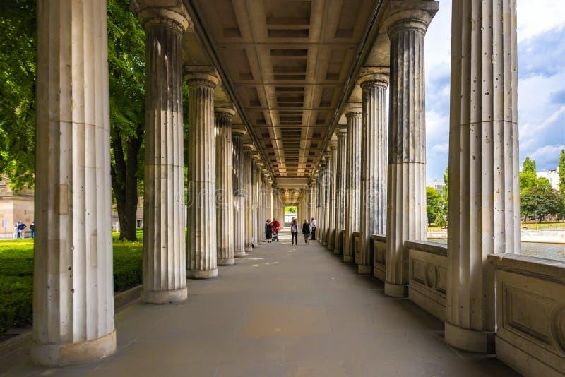 Ansicht Berlin Germanys am 10. Juli 2018 des Eingangs mit seinen vielen Spalten von der Pergamon-Museumsmuseumsinsel Berlin stockbild