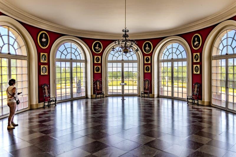 Ansicht Berlin Germanys am 22. Mai 2018 durch die Fenster auf dem Palastgarten vom Ausstellungsraum von Schloss Charlottenburg lizenzfreie stockfotografie