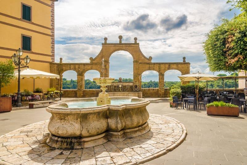 Ansicht am Brunnen des Ortes der Republik in Pitigliano - Italien lizenzfreie stockfotos