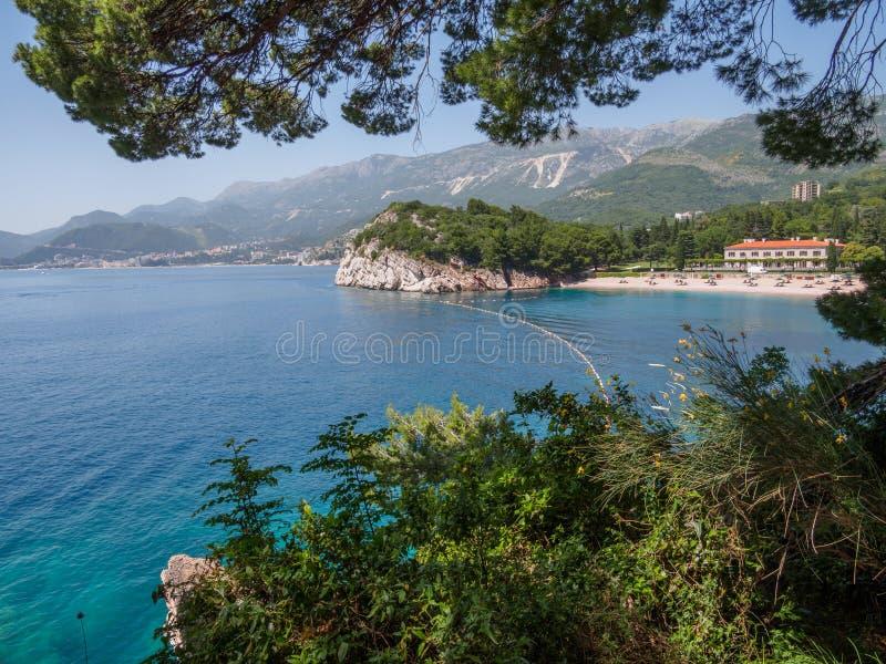 Ansicht in das adriatische Meer von Milocer-Park K?ste Budva Riviera stockfoto