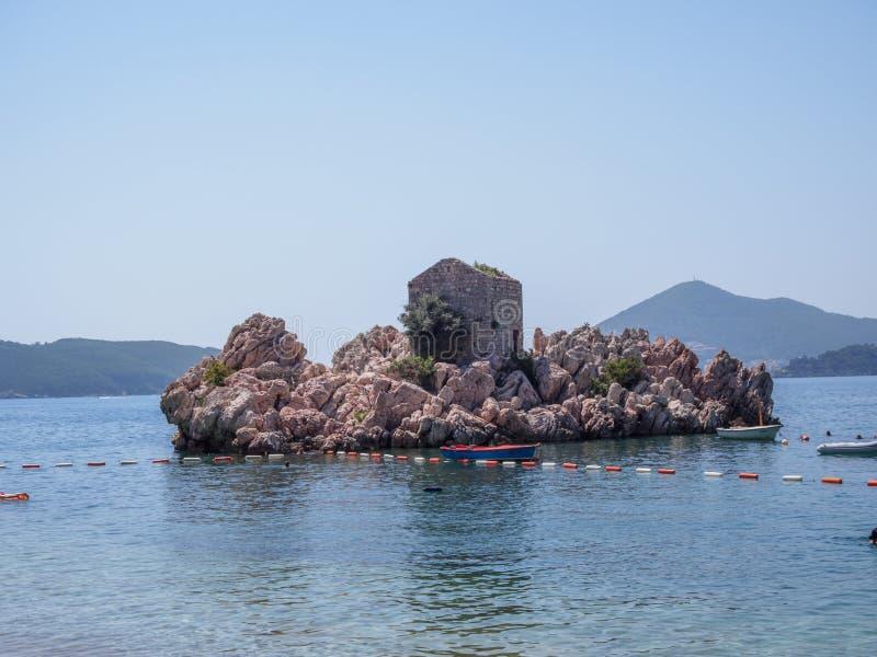 Ansicht in das adriatische Meer von Milocer-Park K?ste Budva Riviera lizenzfreies stockfoto