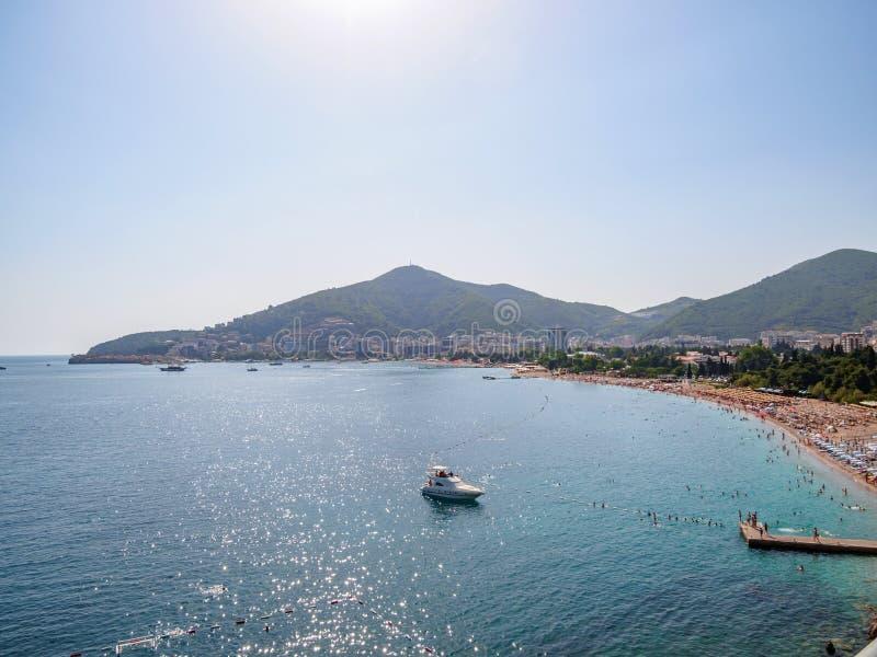 Ansicht in das adriatische Meer von Milocer-Park K?ste Budva Riviera lizenzfreie stockfotos
