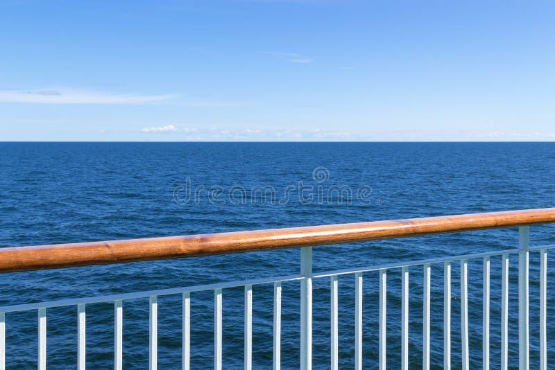 Ansicht in dem Meer vom Passagierschiff lizenzfreies stockfoto