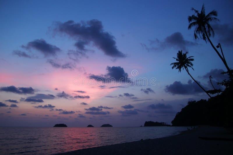 Ansicht in dem Sonnenunterganghimmel und -meer mit Palmen ein Strand KOH Chang, Thailand lizenzfreies stockfoto