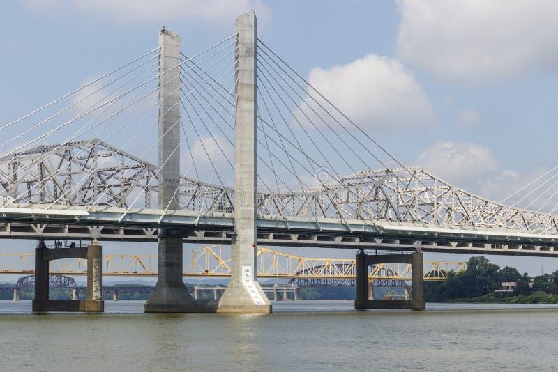 Ansicht der Abraham Lincoln- und George Rogers Clark Memorial-Brücken und der 14. Straßeneisenbahnbrücke, die den Ohio I überspan stockbild