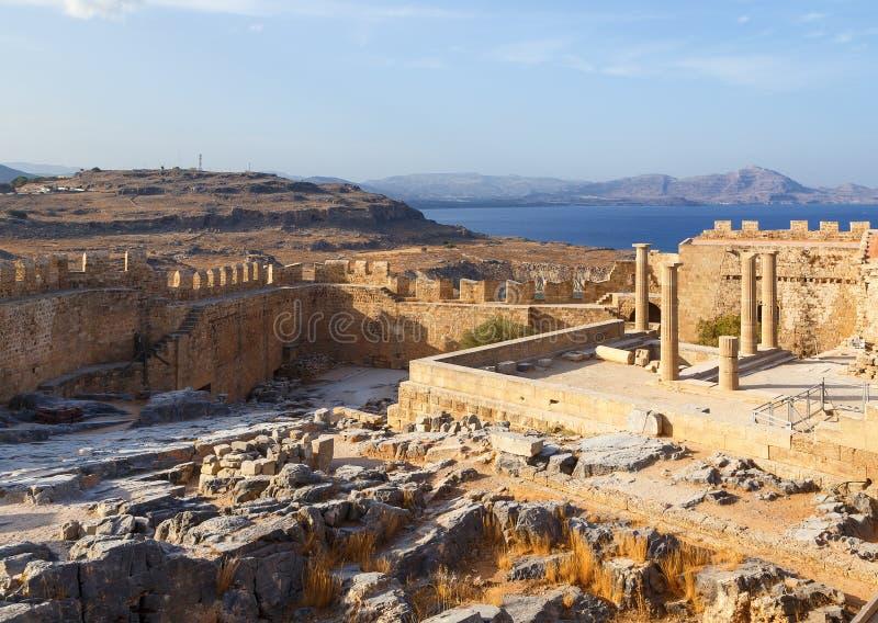 Ansicht der Akropolises in Lindos und Vliha bellen Rhodes Island, Dodecanese, Griechenland lizenzfreie stockbilder