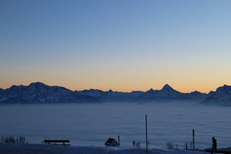Ansicht der Alpen bei Sonnenuntergang, im Winter Eine Schicht hoher Nebel über dem Tal von Salzburg, Österreich stockbilder