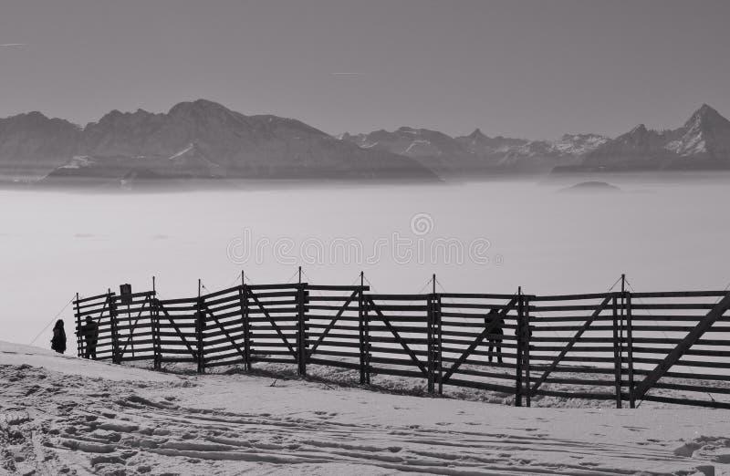 Ansicht der Alpen im Winter, eine Schicht hoher Nebel über dem Tal von Salzburg Österreich und Deutschland lizenzfreie stockbilder
