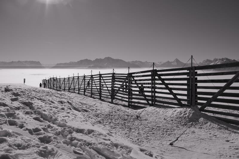 Ansicht der Alpen im Winter, eine Schicht hoher Nebel über dem Tal von Salzburg Österreich und Deutschland lizenzfreie stockfotografie