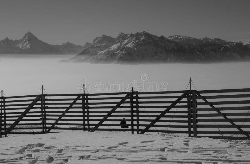Ansicht der Alpen im Winter, eine Schicht hoher Nebel über dem Tal von Salzburg Österreich und Deutschland stockfotografie