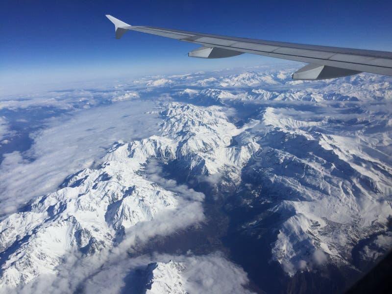 Ansicht der Alpen vom Flugzeug stockbilder