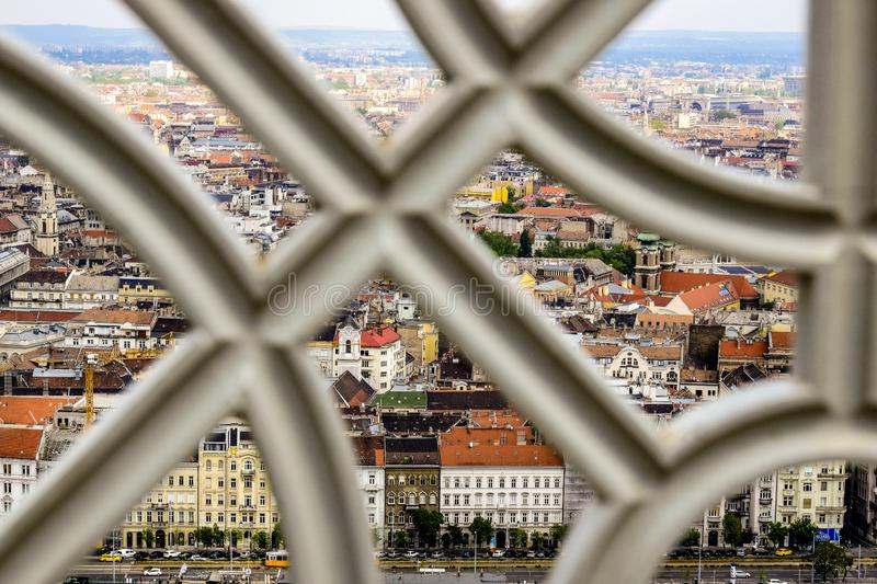 Ansicht der alten Häuser der Hauptstadt von der Aussichtsplattform von Gellert-Hügel durch ein Metalldekoratives Gitter, Ungarn stockfotos