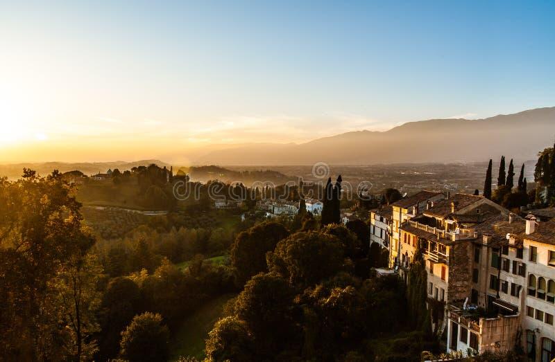 Ansicht der alten italienischen Stadt Asolo bei Sonnenuntergang vom Hügel mit alten Gebäuden stockbilder