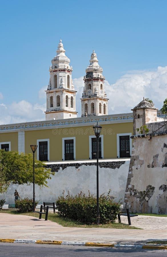 Ansicht der alten Kathedrale unsere Dame der Unbefleckten Empfängnis in Campeche- und Festungswänden, Campeche, Mexiko lizenzfreies stockbild