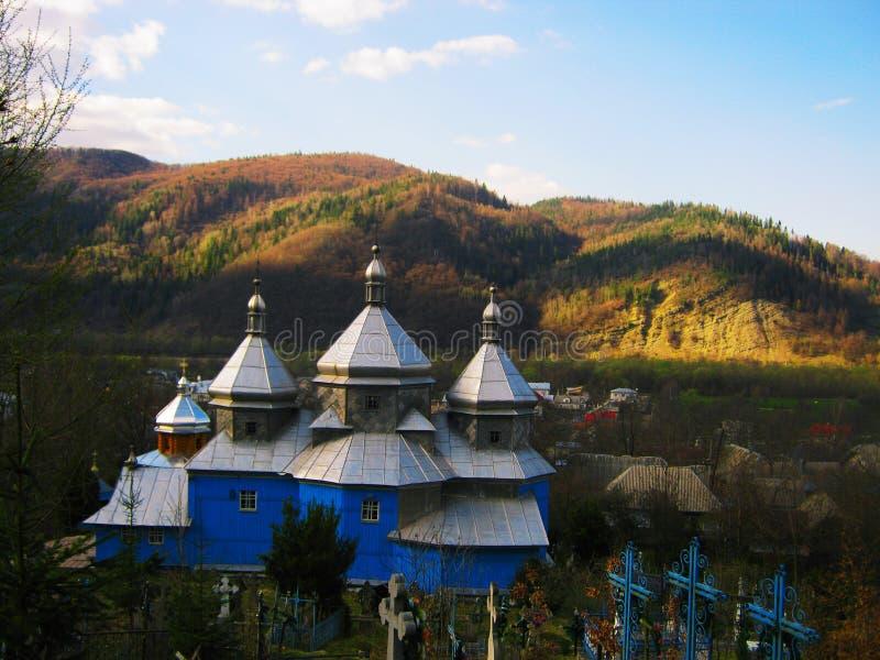 Ansicht der alten orthodoxen Kirche und des Kirchhofs im Wald lizenzfreies stockbild