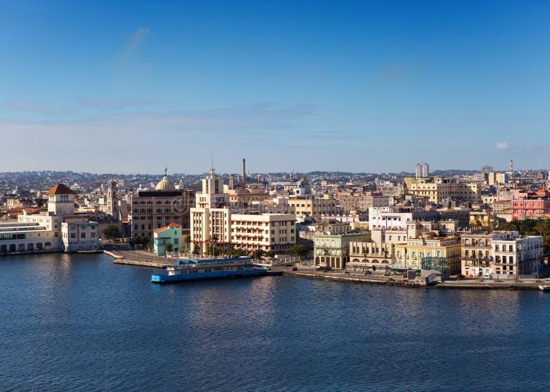 Ansicht der alten Stadt durch eine Bucht an einem sonnigen Tag. Havana. stockbilder
