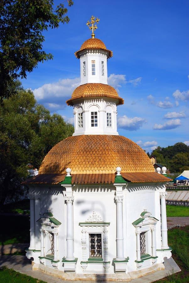 Ansicht der alten weißen orthodoxen Kirche in Sergiev Posad, Russland lizenzfreies stockbild