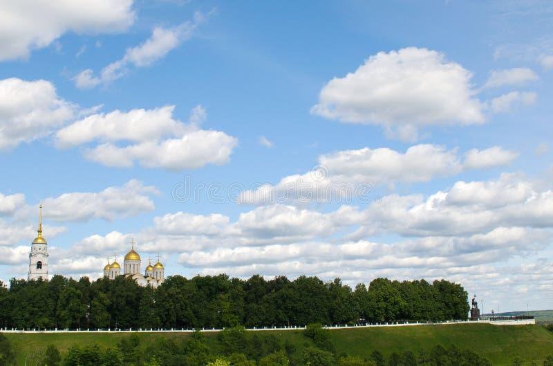 Ansicht der Annahme-Kathedrale und der Aussichtsplattform in Vladimir lizenzfreie stockfotos