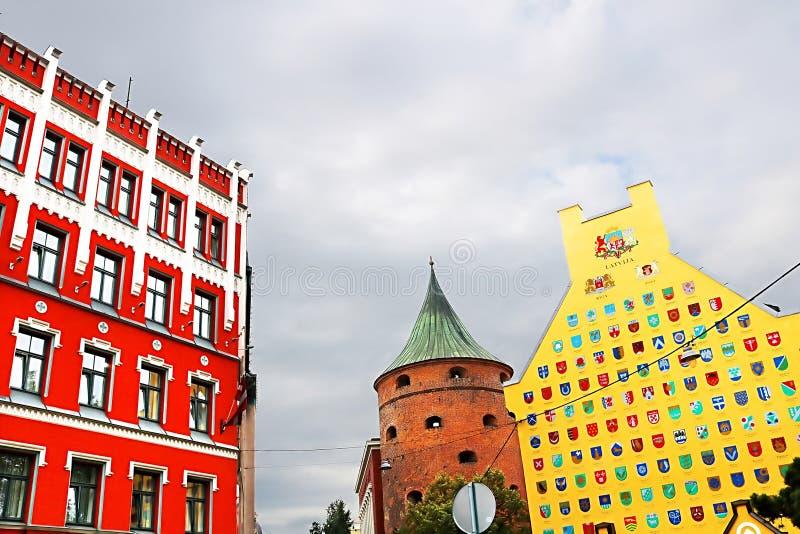 Ansicht der Astor-Hotellinks-, Pulverturmmitte und des Jacob Barracks-Gebäudes, das Wappen für lettische Gemeinden, Riga zeigt lizenzfreie stockbilder