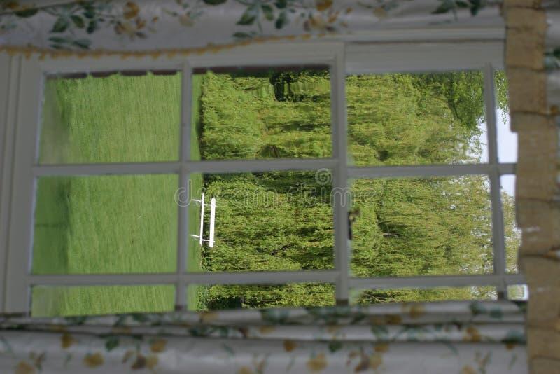 Download Ansicht Der Bank Durch Fenster Stockbild - Bild von weinen, trennvorhänge: 29439