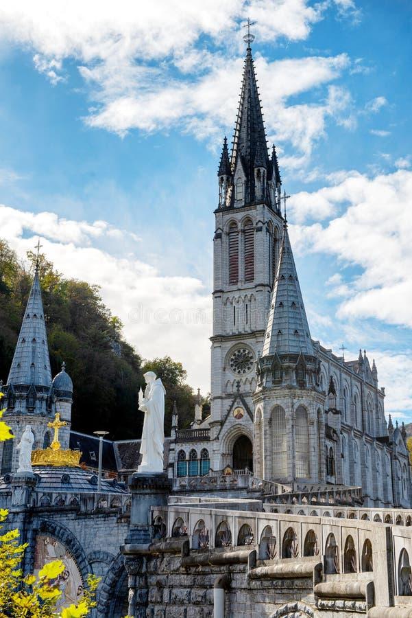 Ansicht der Basilika von Lourdes im Herbst, Frankreich stockfotografie