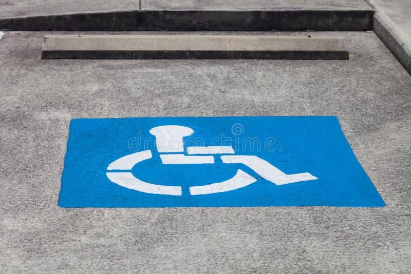Ansicht der behinderten Parklücke im Parkplatz lizenzfreie stockfotografie