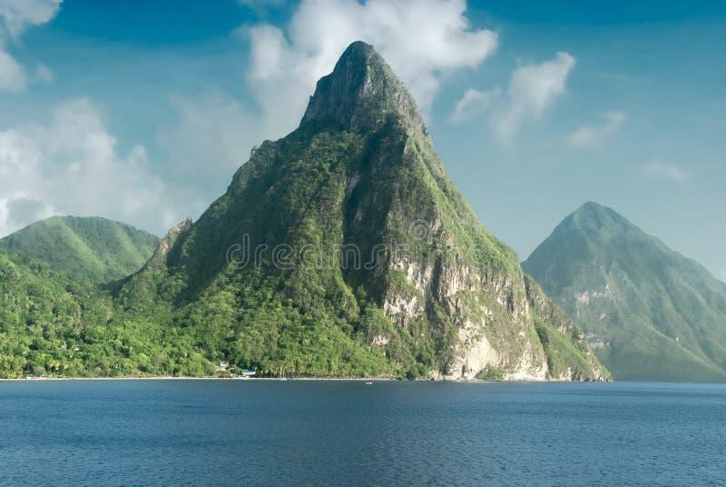 Ansicht der berühmten Kletterhakenberge in St Lucia lizenzfreies stockbild