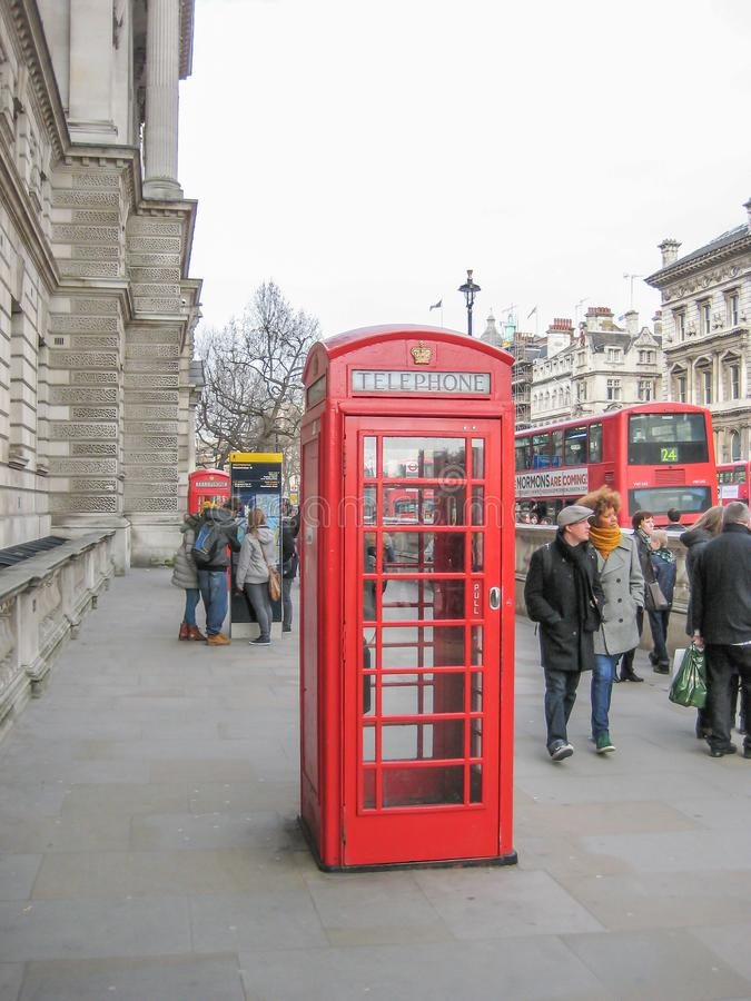 Ansicht an der berühmten roten britischen Telefonzelle lizenzfreie stockfotografie