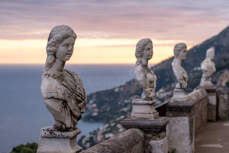 Ansicht der berühmten Statuen und des Mittelmeeres von der Terrasse von Unendlichkeit an den Gärten des Landhauses Cimbrone, Rave stockbilder