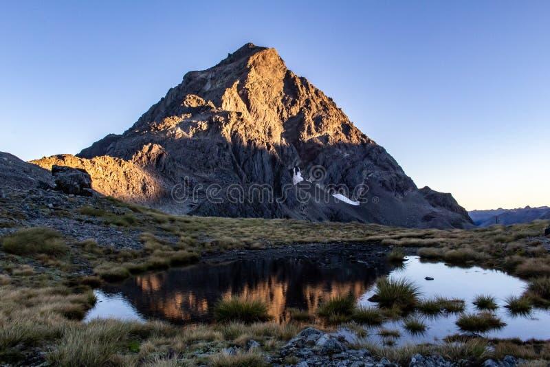 Ansicht der Berg-Durchquerung in Neuseeland gerade bei Sonnenaufgang stockbilder