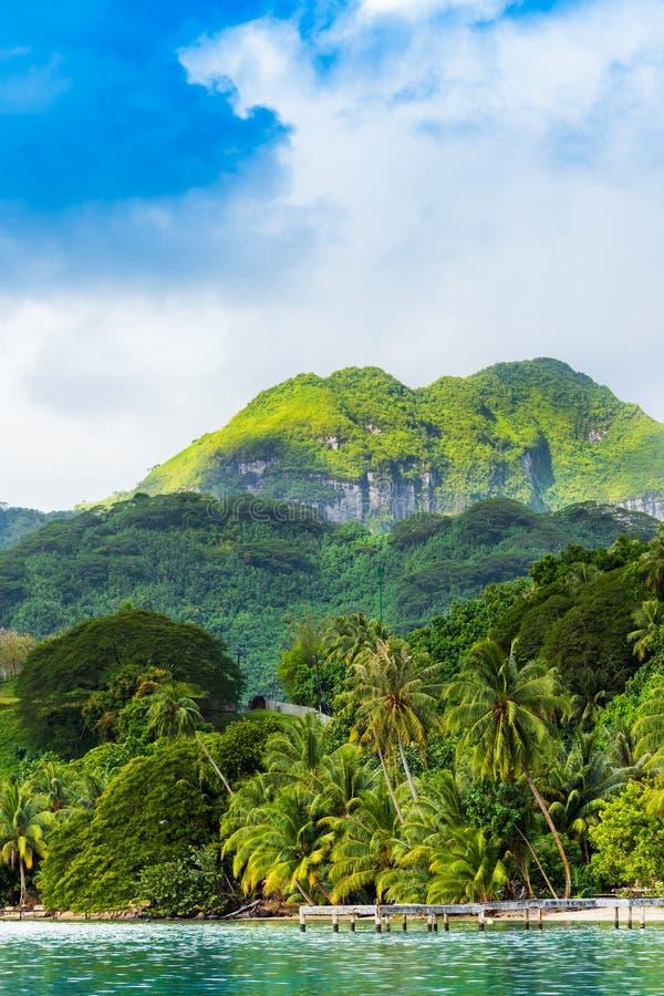 Ansicht der Berglandschaft in der Lagune Huahine, Französisch-Polynesien vertikal stockbild