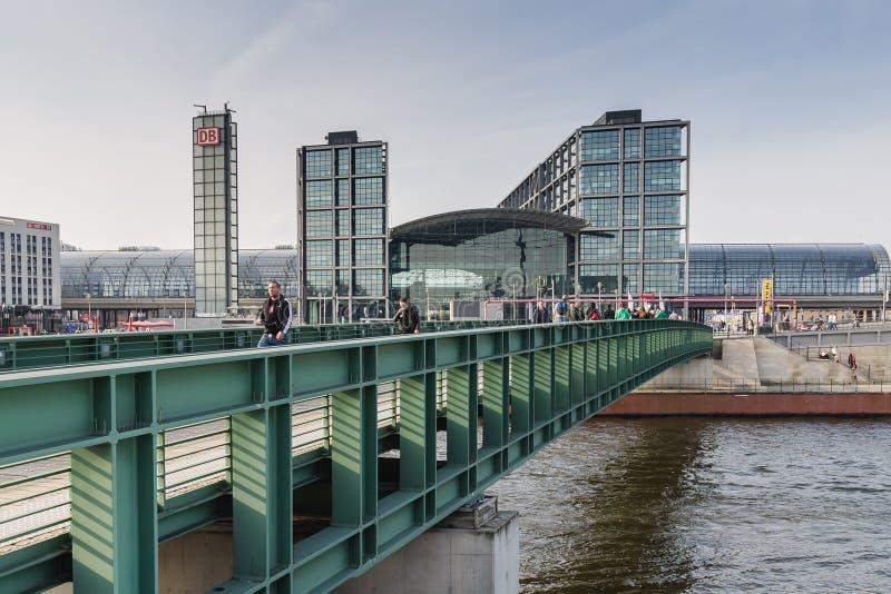 Ansicht der Berlin Hauptbahnhof-Station von der Brücke stockbild