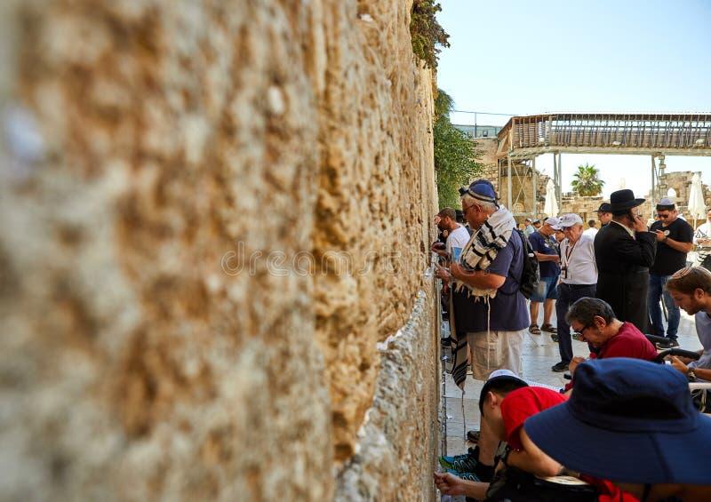 Ansicht der betenden Front der Unbekanntleute die Westwand in der alten Stadt von Jerusalem lizenzfreie stockbilder