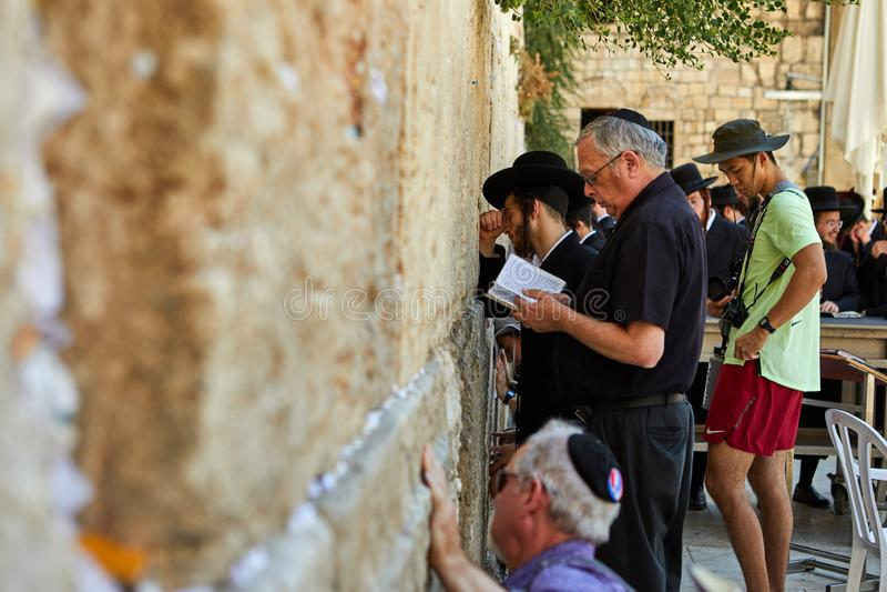 Ansicht der betenden Front der Unbekanntleute die Westwand in der alten Stadt von Jerusalem stockfoto