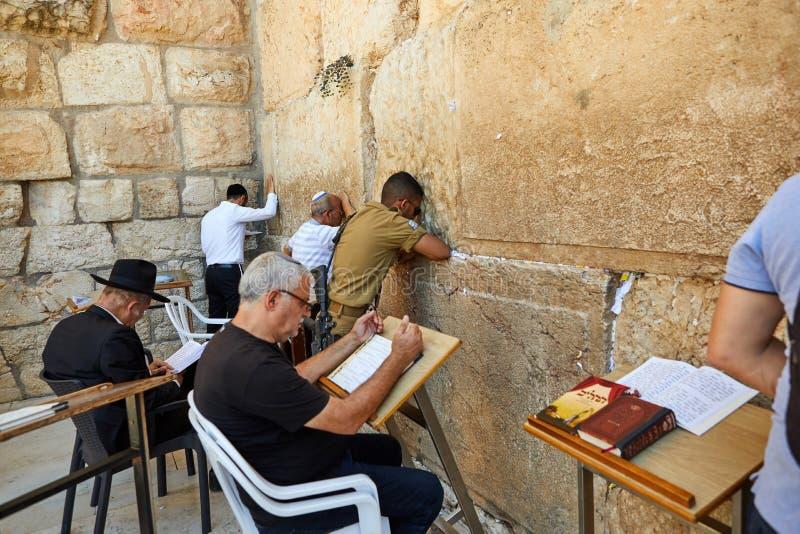 Ansicht der betenden Front der Unbekanntleute die Westwand in der alten Stadt von Jerusalem stockfotografie