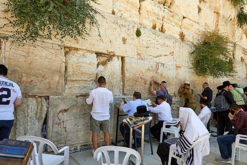 Ansicht der betenden Front der Unbekanntleute die Westwand in der alten Stadt von Jerusalem stockbild