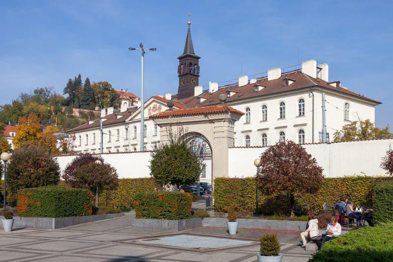 Ansicht der Bibliothek des tschechischen geologischen Studie auf Malostranskaya-Quadrat stockfotografie