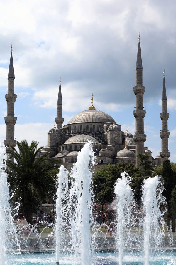 Ansicht der blauen Moschee hinter dem Brunnen stockbild
