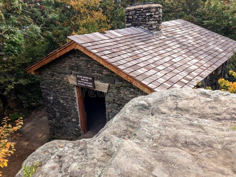 Ansicht der Blut-Berghütte vom Ausblick lizenzfreie stockfotografie