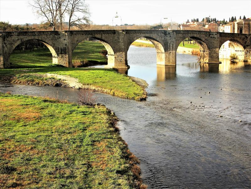 Ansicht der Bogenbrücke über dem Fluss Aude, Carcassonne, Frankreich lizenzfreies stockfoto